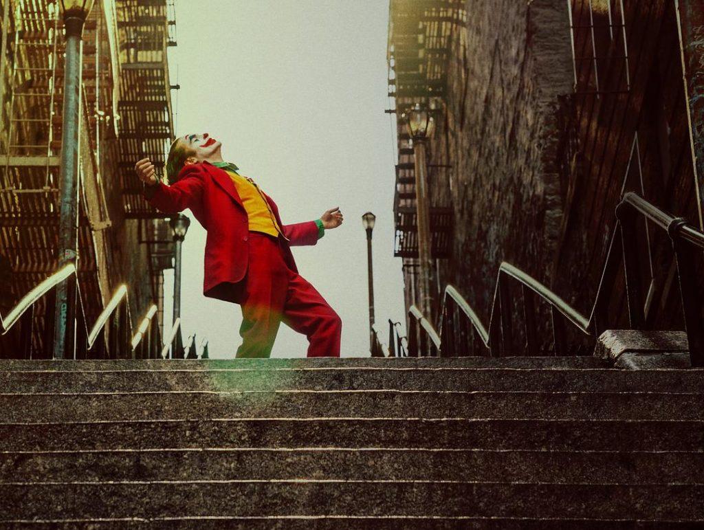 """《小丑》:一个畸形社会背后的""""英雄"""""""